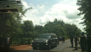 Govenor Amaechi's security details talking to soldiers who stopped their convoy.